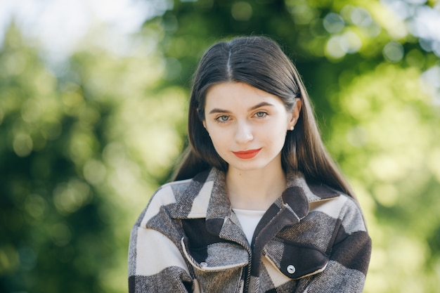 Belle Jeune Femme En Chemise Dans Le Parc Photo Premium