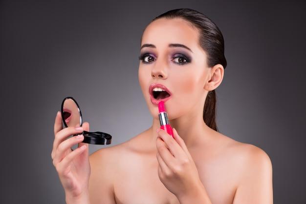 Belle jeune femme dans le concept de maquillage Photo Premium