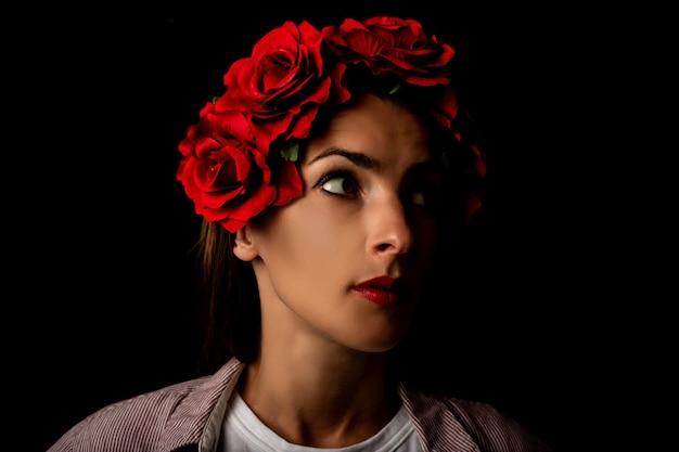 Belle Jeune Femme Dans Une Couronne De Fleurs Rouges Photo Premium