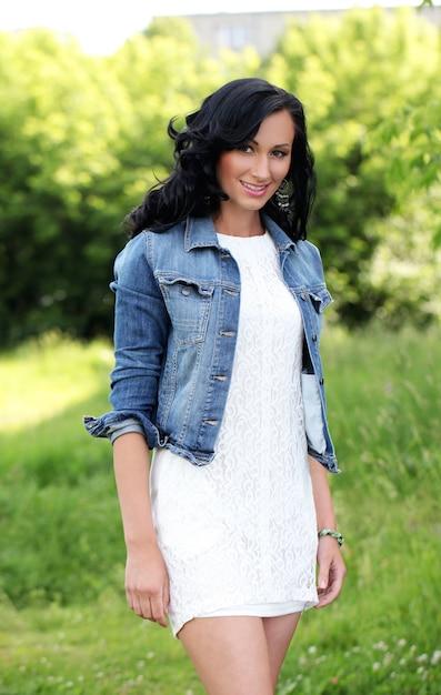 Belle jeune femme dans un parc Photo gratuit