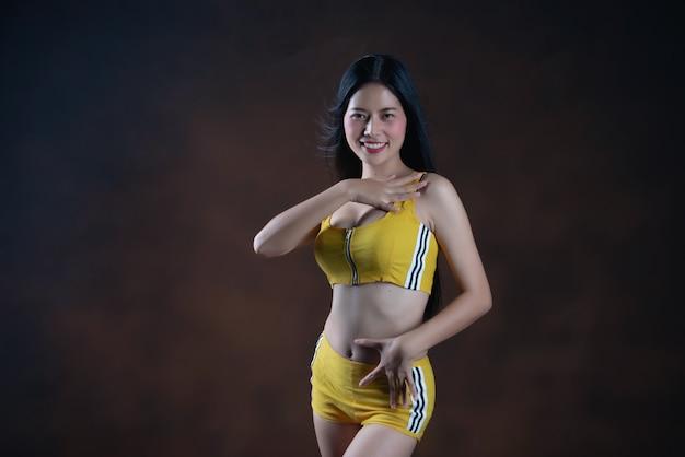 Belle jeune femme danseuse posant Photo gratuit