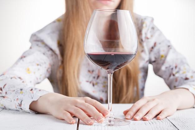 Belle Jeune Femme En Dépression, Boire De L'alcool Photo Premium
