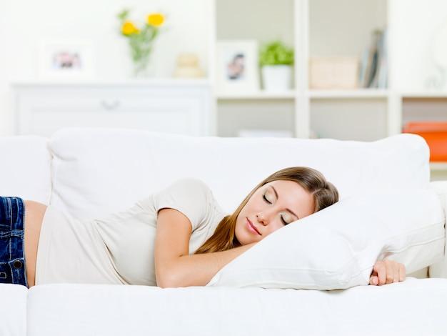 Belle Jeune Femme Dort Sur Un Lit Dans Une Chambre à La Maison Photo gratuit