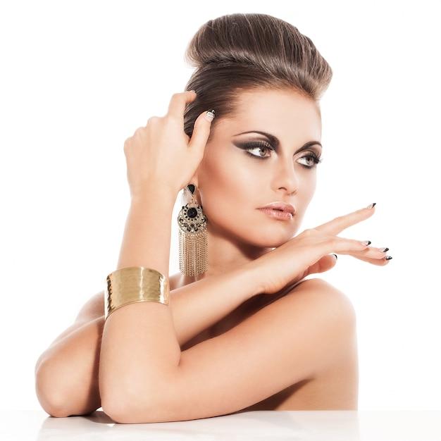 Belle jeune femme avec du maquillage de soirée Photo gratuit