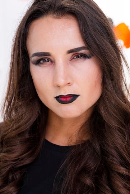 Belle jeune femme avec du maquillage Photo gratuit
