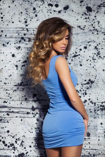 Belle Jeune Femme élégante Aux Cheveux Châtain Clair, Mode Maquillage Et Coiffure, Posant Dans Une Robe De Soirée Ajustée Bleue Photo Premium