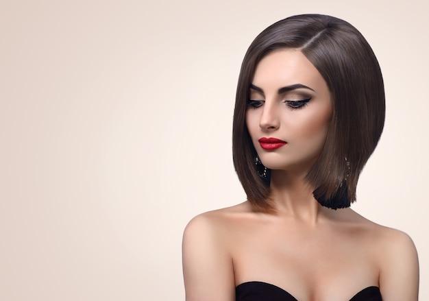 Belle jeune femme élégante qui pose en studio Photo Premium