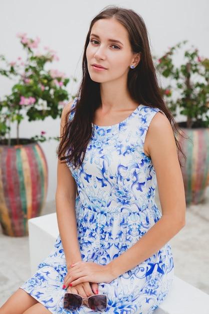 Belle Jeune Femme élégante En Robe Imprimée Bleue, Lunettes De Soleil, Bonne Humeur, Tenue De Mode, Vêtements à La Mode, Souriant, été, Accessoires Photo gratuit