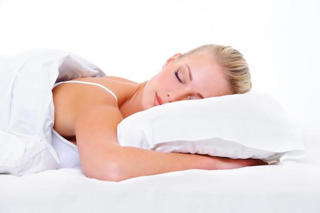 Belle Jeune Femme Endormie Et Voyant De Beaux Rêves Photo gratuit