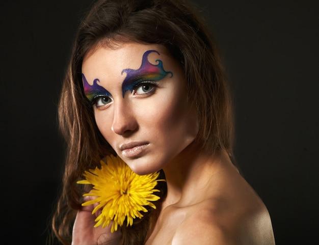 Belle jeune femme avec une fleur délicate Photo Premium