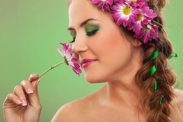 Belle jeune femme avec des fleurs dans les cheveux Photo gratuit