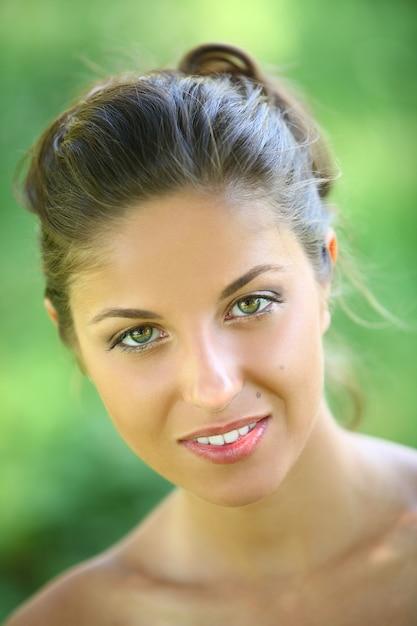 Belle jeune femme sur fond vert Photo gratuit
