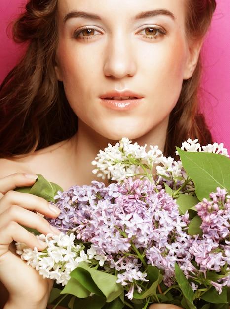 Belle jeune femme lilas Photo Premium