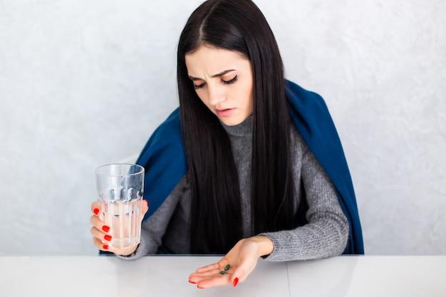Belle Jeune Femme à La Maison Sur Un Tableau Blanc Se Sentant Mal Et Toussant Comme Symptôme De Rhume Ou De Bronchite. Concept De Soins De Santé. Photo gratuit