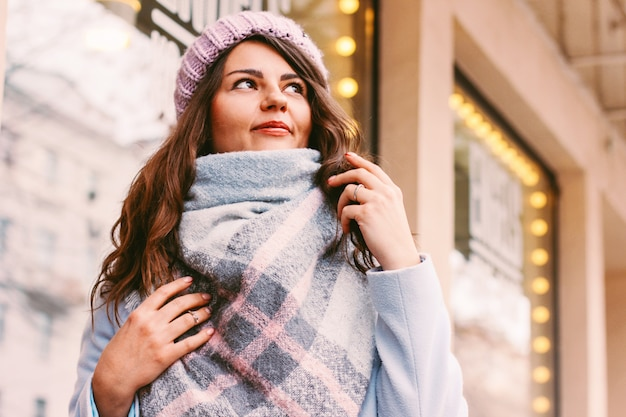 Belle jeune femme en manteau et chapeau en fin d'automne ou en hiver o Photo Premium