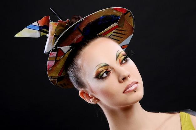 Belle jeune femme avec un maquillage créatif Photo gratuit