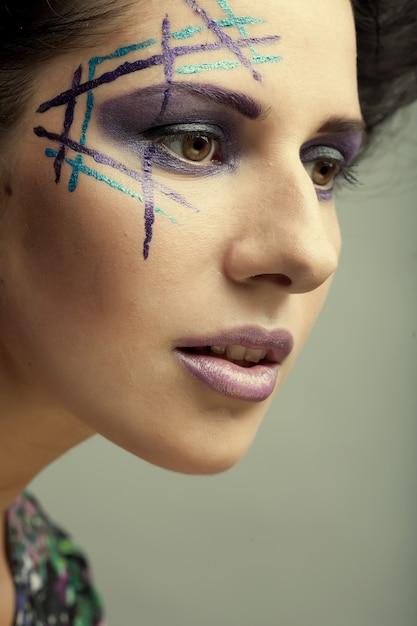 Belle Jeune Femme Avec Un Maquillage Lumineux Photo Premium