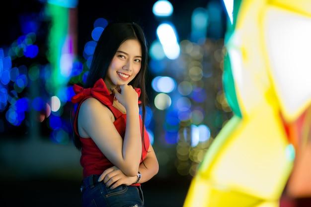 Belle jeune femme marchant dans la rue Photo gratuit