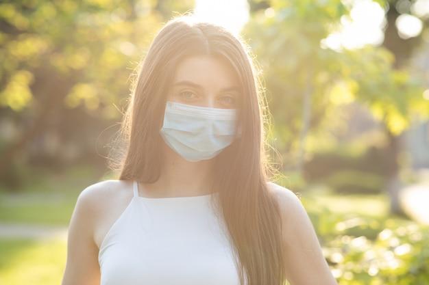 Belle Jeune Femme Avec Un Masque Facial Dans Le Parc Photo Premium
