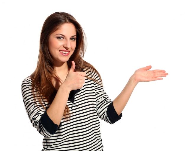 Belle jeune femme montre quelque chose Photo gratuit