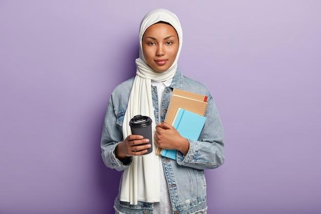 Belle Jeune Femme Musulmane Posant Avec Son Téléphone Photo gratuit