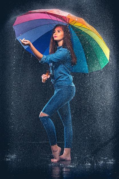 Belle Jeune Femme Avec Un Parapluie. Photo gratuit