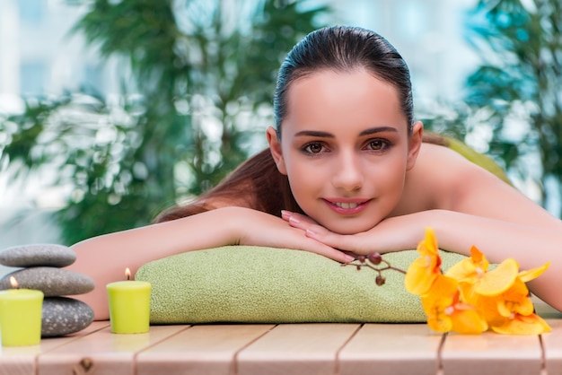 Belle jeune femme pendant la procédure de spa Photo Premium