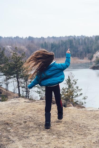 Belle Jeune Femme Posant Sur Un Lac Photo gratuit