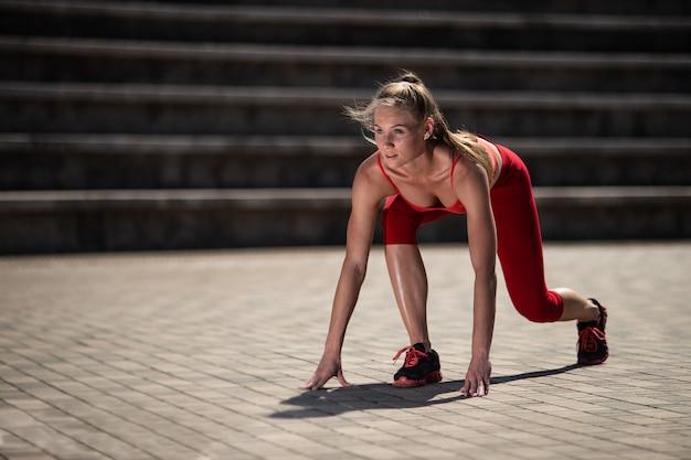Belle Jeune Femme En Position De Départ Dans Le Stade En été Photo Premium