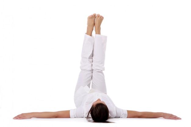 Une Belle Jeune Femme En Posture De Yoga Photo gratuit