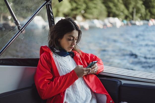 Belle jeune femme prenant des photos sur un smartphone Photo gratuit