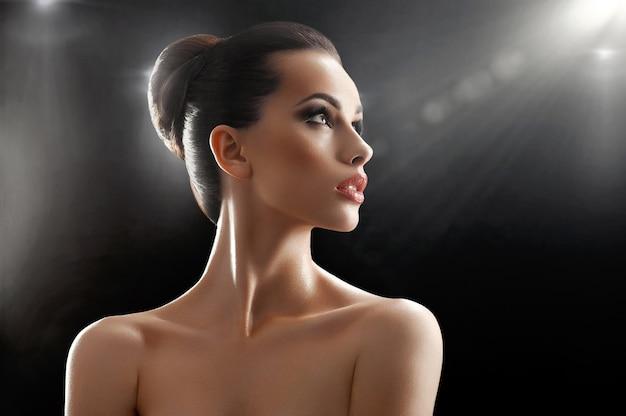 Belle jeune femme qui pose en studio Photo Premium