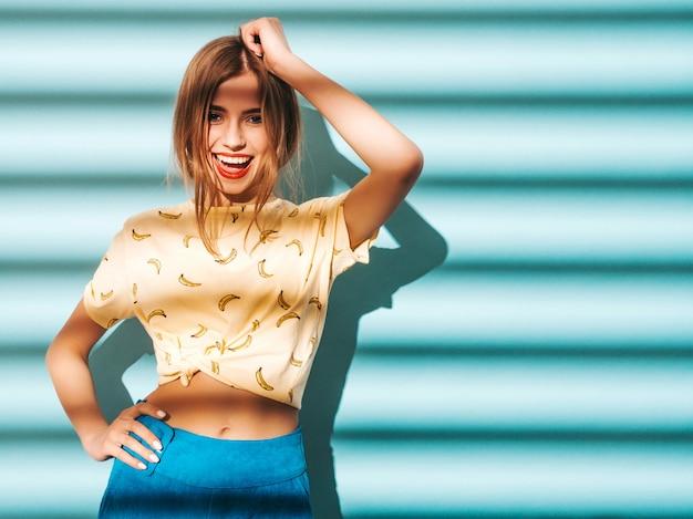 Belle Jeune Femme à La Recherche. Fille à La Mode Dans Des Vêtements Décontractés De T-shirt Jaune D'été. Photo gratuit