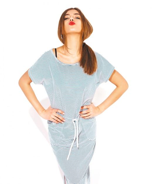Belle Jeune Femme à La Recherche. Fille à La Mode En Robe Zèbre D'été Décontractée. Modèle Drôle Positif. Donner Un Baiser Photo gratuit