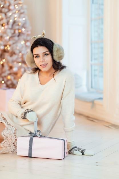 Belle Jeune Femme En Robe Blanche Posant Photo gratuit