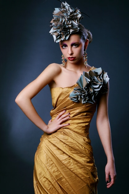 Belle Jeune Femme En Robe élégante Photo gratuit