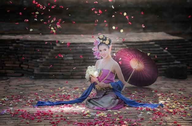 Belle jeune femme en robe traditionnelle thaïlandaise Photo Premium