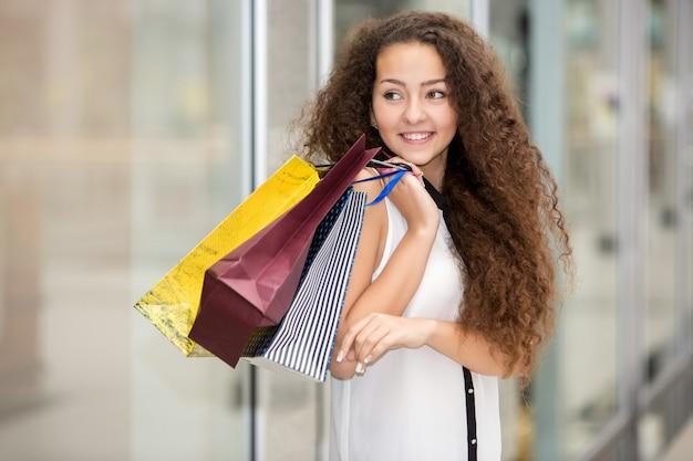 Belle Jeune Femme Avec Des Sacs à Provisions Dans Le Centre Commercial Photo gratuit
