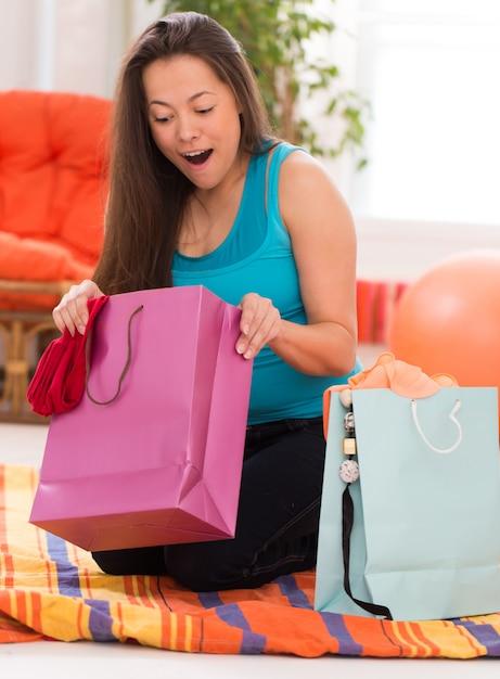 Belle jeune femme avec des sacs Photo gratuit