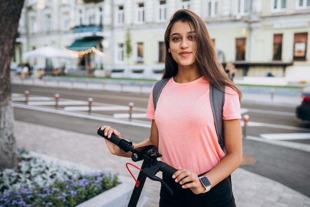 Belle Jeune Femme Sur Un Scooter électrique. Photo gratuit