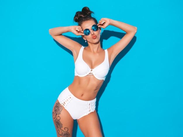 belle-jeune-femme-sexy-coiffure-goule-fille-mode-maillot-bain-blanc-ete-decontracte-lunettes-soleil-modele-chaud-isole-bleu-fait-visage-canard_158538-5883.jpg