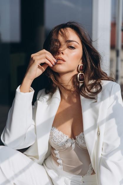 Belle jeune femme sexy, fille glamour dans la veste élégante blanche, corset, costume Photo Premium