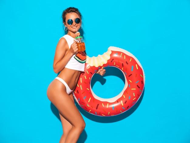 Belle Jeune Femme Sexy Souriante à Lunettes De Soleil. Fille En Slip D'été Blanc Et Sujet Avec Matelas Gonflable Donut Lilo. Femme Positive Qui Devient Folle. Photo gratuit