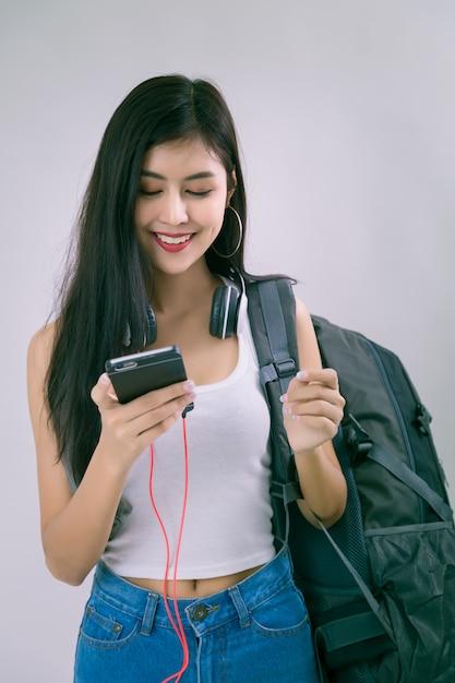 Belle jeune femme avec smartphone Photo gratuit