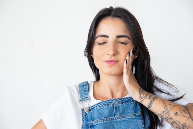 Belle Jeune Femme Souffrant De Maux De Dents Photo gratuit