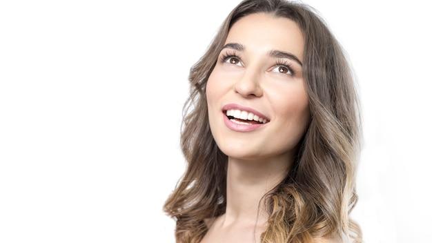 Belle jeune femme souriante, dents blanches en bonne santé, peau nette. Photo Premium