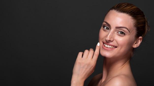 Belle jeune femme souriante Photo gratuit