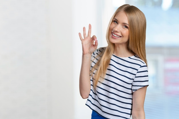 Belle jeune femme souriante Photo Premium
