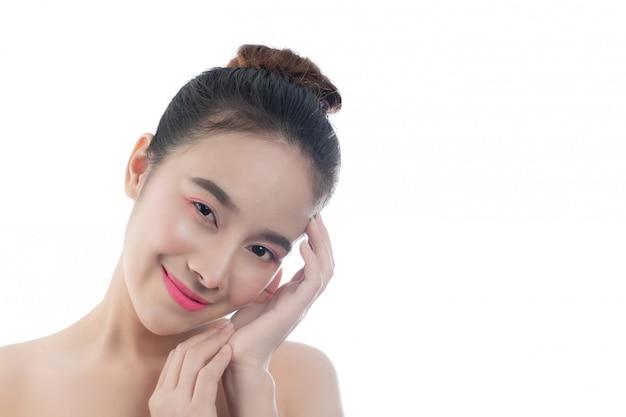 Belle jeune femme avec un sourire heureux expressions du visage et gestes à la main, concepts de beauté et spa Photo gratuit