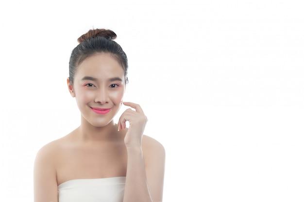 Belle jeune femme avec un sourire heureux les expressions du visage et les gestes à la main Photo gratuit